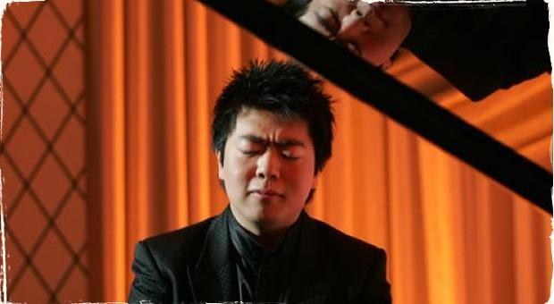 """Gershwinova klasika v podaní 5 rúk: Zranený klavirista Lang Lang si """"požičia"""" ruku svojho študenta"""