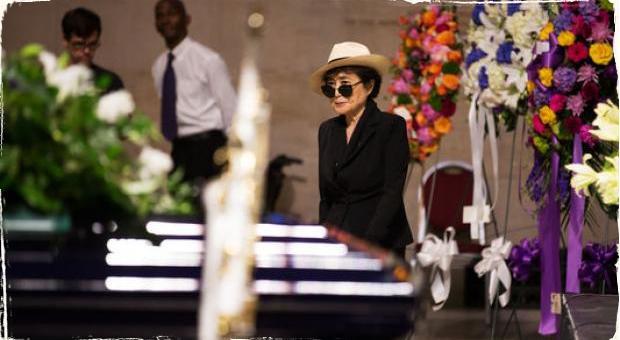 Yoko Ono na pohreb Ornette Colemana priniesla ručne tkaný šál