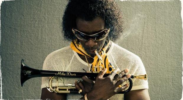 Von sa dostali prvé zábery z filmu o Miles Davisovi