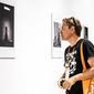 Julo Fujak pri prehliadke fotografii Jazz World Photo.jpg