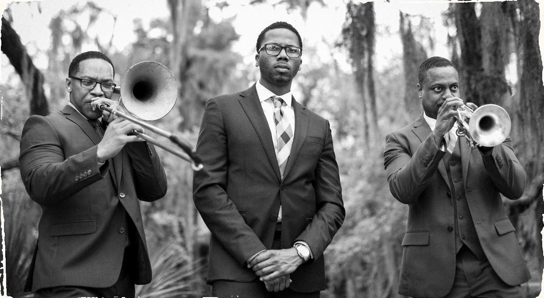 Tradičné pohreby v New Orleans sa počas sociálneho odstupu nekonajú. Trio v miestnom parku nahralo pohrebnú pieseň pre všetkých