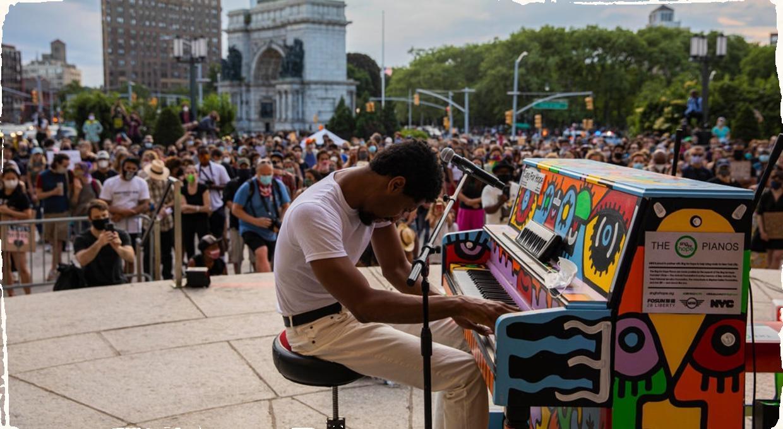 Je jazz historicky predurčený na protest? Klavirista Jon Batiste ho berie do ulíc.