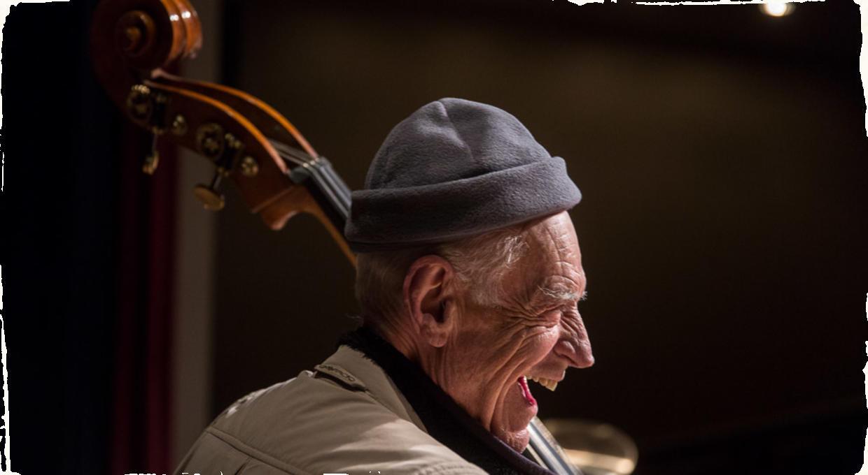 Gary Peacock, kontrabasista známy svojim pôsobením u Billa Evansa a Keitha Jarretta, zomrel vo veku 85 rokov