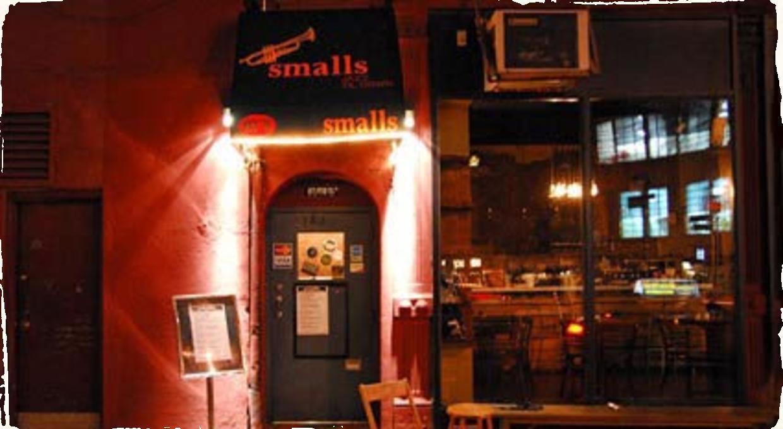 Newyorský klub Smalls po anonymnom udaní takmer natrvalo zatvorili. Koncerty sa presúvajú do online priestoru