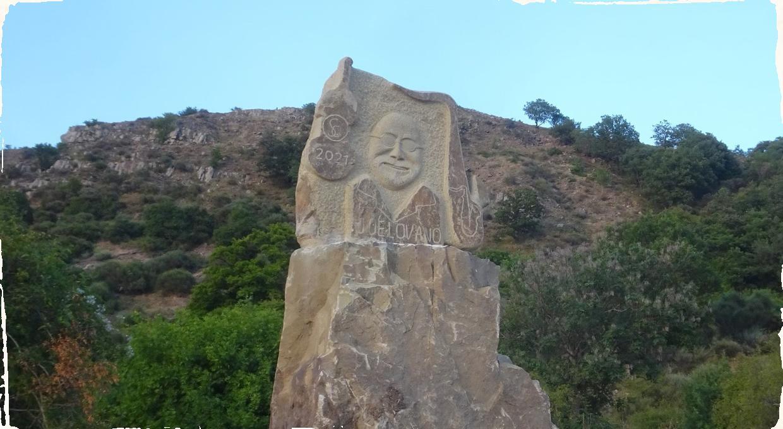Nevídaný úspech Joa Lovana. Jeho podobizeň bola vyrytá do hory pri Sicílii.