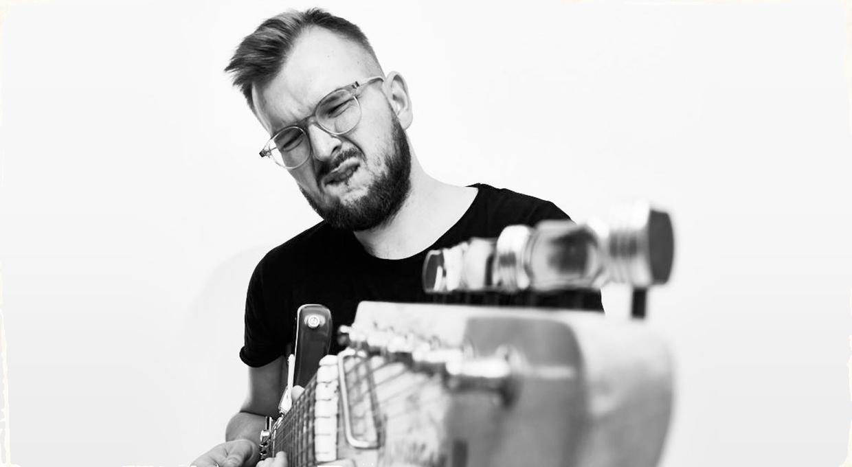 Problém nadviazať kontakt? Sotva! Peter Zajaček a jeho album Nemám sa s kým hrať