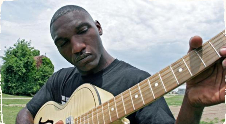 Bluesman Cedric Burnside vystúpi na festivale Hudba v Meste